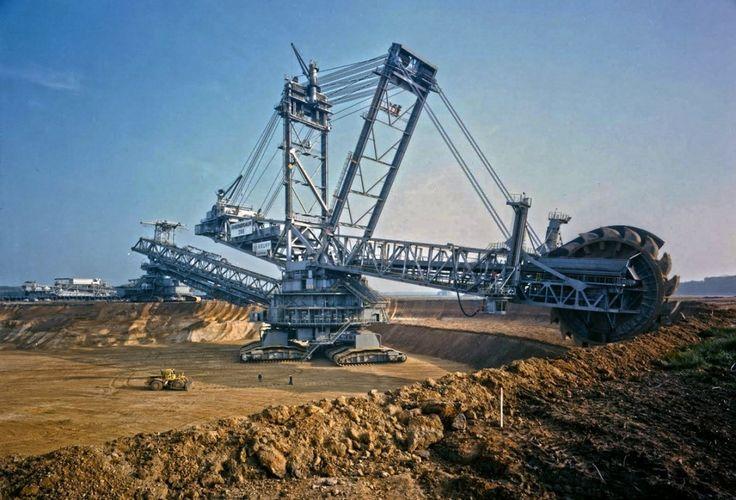 Esse é o Bagger 288 o maior veículo terrestre do mundo! Ele pesa 500 toneladas tem 96 metros de altura e 220 metros de comprimento podendo mover 240.000 toneladas carga por dia.  QUE GIGANTE!  Quer ver mais imagens incríveis sobre engenharia? Siga o  @blogdaengenharia