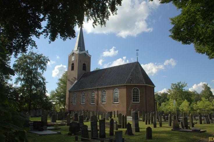 Mooi in de bomen in Beetsterzwaag in de Gemeente Opsterland in Friesland ligt de Hervormde Dorpskerk..