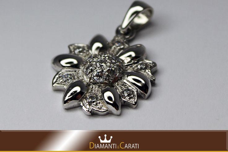 Ciondolo Oro bianco Fiorewww.diamantiecarati.com
