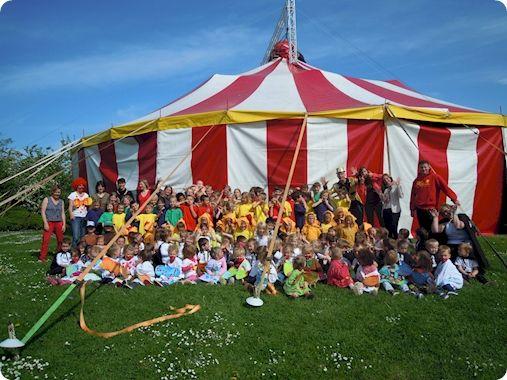 Circusproject op school:Circus is spannend, opwindend en grappig, een super thema om uit te werken in de basisschool (zelfs tot 2de middelbaar). Van peuter tot 14 jarige zijn de mogelijkheden oneindig. Het start met een rode neus en eindigt met een hele klas die ongelooflijke trucs uitoefenen met de diabolo of rondfietsen op eenwielers. De kinderen leren iets en zijn enorm trots op wat ze hebben bereikt. Met dit project kunnen ze ook iedereen verbluffen met hun kunnen in  een spectaculaire…