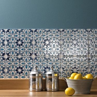 Glazed and decorated kitchen tiles | Image via uk.pinterest.com