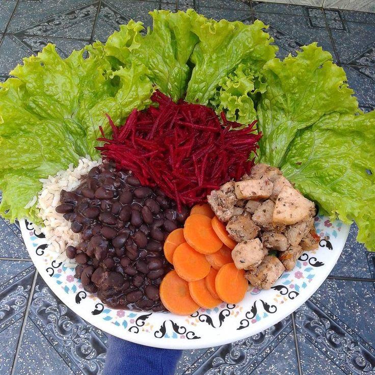 Muito feijão ? Tbm acho . . Almoço  feijão arroz integral alface beterraba ralada cenoura e frango. by healthygabii