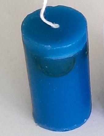 Een kaarsje met 1 of meer euromuntjes in blauw. Deze kleur was gewenst door een bedrijf die haar medewerkers bedankten voor hun inzet.