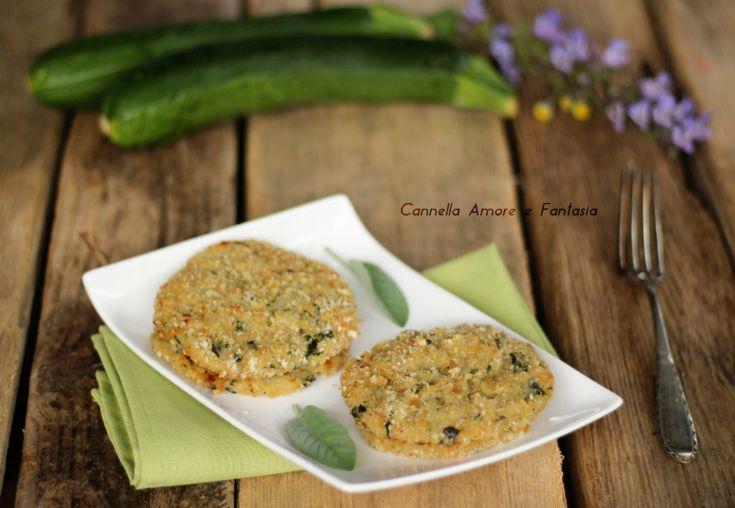 Gli hamburger di zucchine sono un secondo vegetariano, leggero, molto saporito e sfizioso,le verdure saltate in padella danno un tocco in più.