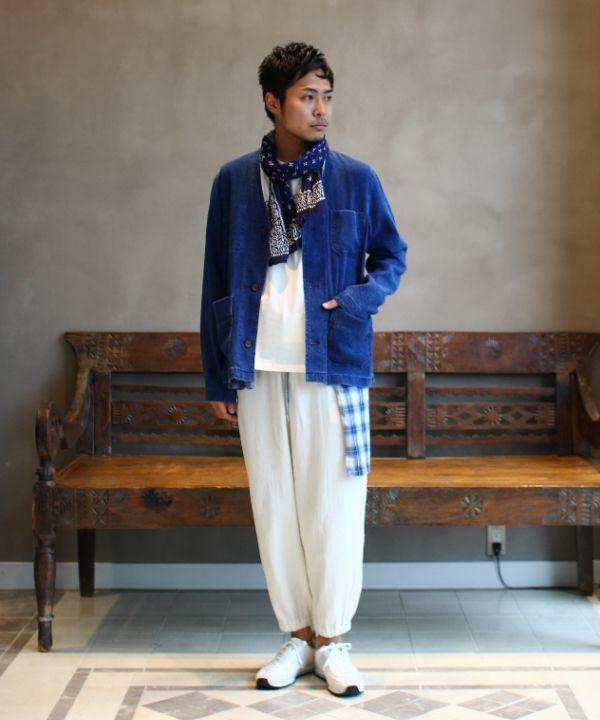 ブルー×ホワイトでまとめた春夏らしいコーディネート。インディゴジャカードのカバーオール。ドビー織りホワイトパンツで素材感で変化を加え、トーンコーディネートに。