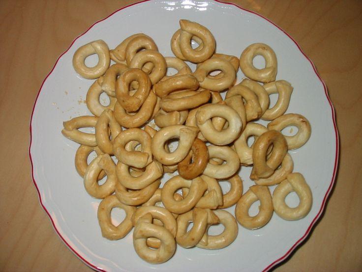 Taralli Taralli zijn typisch Zuid-Italiaanse hartige knabbels. Ze lijken op soepstengels alleen zijn ze kleiner en knapperiger - en veel smaakvoller. Taralli wordt in Italië gegeten zoals in Nederland nootjes worden gegeten; lekker als snack, als voorgerecht of als bijgerecht, zeer passend bij een glas wijn.  De Taralli zit in onze kerstpakketten LOIRA en DANUBIO. Taralli zijn ook als dipstok te gebruiken voor tapenade, pesto en dipkruiden of gewoon heerlijk gedoopt in olijfolie.