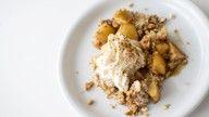 vegan apple crumble oppskrift: 3 epler 1 ts kanel 4 ss brunt sukker 100 g mandler 3 dl hvetemel 3 ss vegansk margarin Eventuelt plantekrem eller -is til servering
