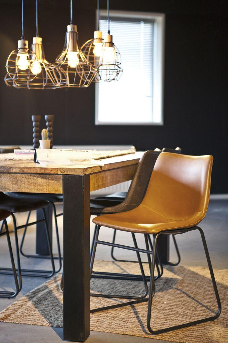 De Stoel Logan lichtbruin heeft een stoere en industriële uitstraling. De zitting is gemaakt van lichtbruin leer en de stoel heeft een onderstel van zwart metaal. Door zijn eenvoudige uitstraling en neutrale kleur past de stoel in veel verschillende interieurstijlen. Verkrijgbaar bij woononline.nl.