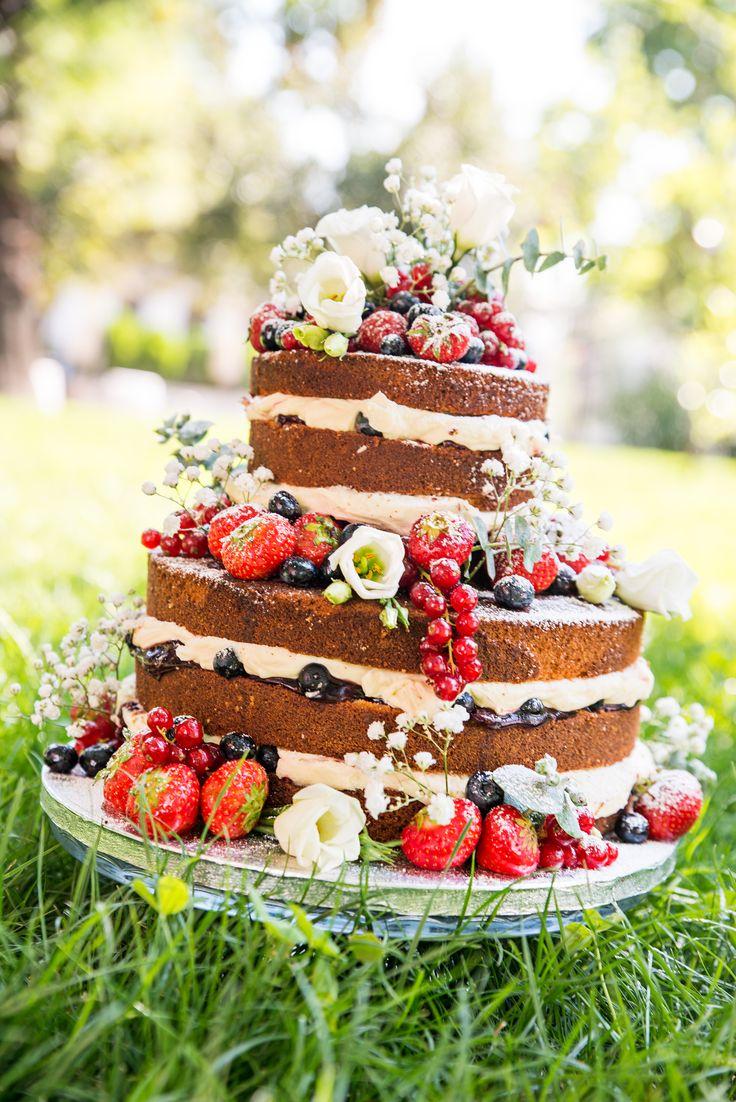 Pentru ca este in trend, de curand am mai realizat un alt model de Naked Cake, cu blat pufos facut in casa, insiropat mediu cu crema de ciocolata alba in care am strecurat sos de fructe, bucati de fructe proaspete, iar decorul este o combinatie intre florile naturale, afine, coacaze si capsuni proaspete, perfect pentru o nunta in gradina.  Pret: 480 lei (3 kg).
