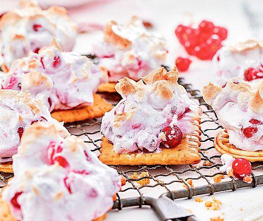 Johannisbeerschümli: Diese fruchtigen Dessertwolken aus Butterguetzli, Eiweiss und #Johannisbeeren sind rasch gemacht und zergehen auf der Zunge! #Rezept #Dessert