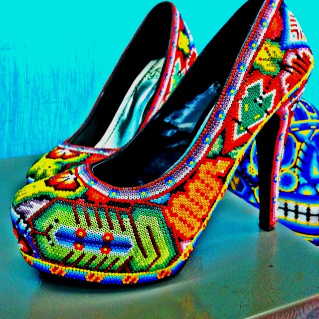 Mexican design - Zapatos decorados por Huicholes