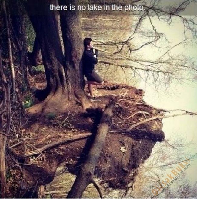 Csak egy srác áll a tóparton… Várjunk csak! Forgasd el a fejed. Ezen a képen nincs tó!