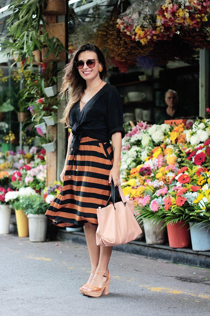 Carol Burgo- saia listrada, acessórios caramelos e blusa preta