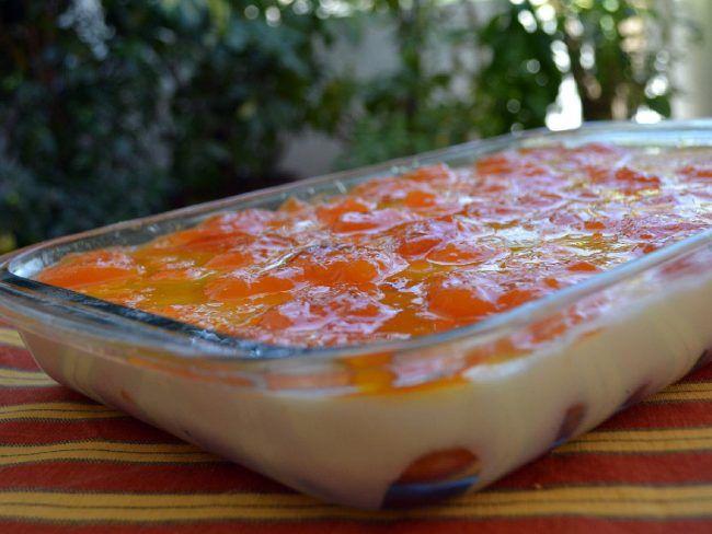 Πανάλαφρο γλυκάκι δροσερό και άκρως μαμαδίστικο. Φτιάχνεται τόσο εύκολα και δίνει τόση χαρά. Μοιραστείτε τη απλόχερα, κοστίζει πολύ λίγο…    Για τη βάση:  1 πακέτο μπισκότα σαβαγιάρ  ½ φλιτζάνι γάλα  Για την κρέμα:  1 λίτρο γάλα αγελαδινό πλήρες  140γρ. κορν φλάουρ  5-8 κουτ.
