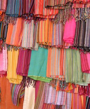 Kikoi. Se asocia a Kenya, pero el mío lo traje de Swazilandia. Supongo que son el aguayo de África. La gracia que tienen es que su forma es rectangular y al ser más delgado que su símil Latinoamericano, sirve de otras formas. Yo lo uso de pareo, toalla, bandana, pañoleta y como blusa. También de mantel. Las mujeres swazi llevan a sus hijos a la espalda o al pecho con ellos. ¡Y en miles de colores para alegrar el día!