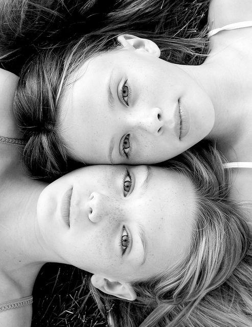 Dit zijn Jul en Emma samen. Ze zijn beste vriendinnen. Ze delen alle geheimen met elkaar maar hebben ook regelmatig ruzie.