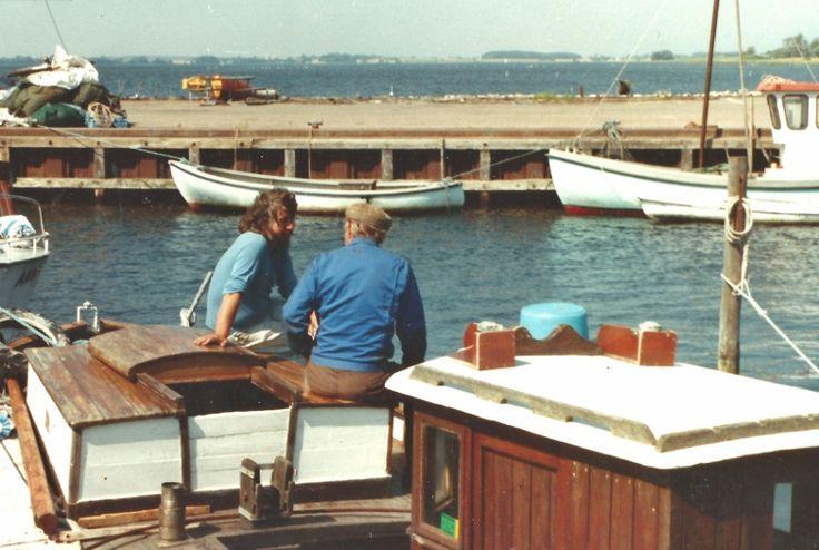 Theodor Hansen deler erfaringer med en ung drivkvasesejler på KAREN i august 1991. Udskæringerne i listerne på styrehusets tag blev brugt til at styre slæbevoddets liner. Foto udlånt af Jan Hansen, Bogø.