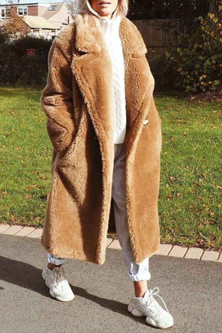 0e8b3b90c89 Mode femme tendance automne hiver tenue streetwear avec un long manteau tout  doux en peluche beige foncé