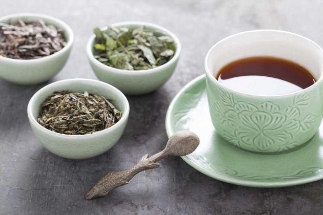 Los mejores tés para bajar de peso: Si quieres mejorar la digestión tras una comida pesada, prueba con el té de anís; en cambio, si quieres comer menos elige el té de menta. Para aumentar el metabolismo consigue té verde, y si tienes problemas para ir al baño no dudes en escoger el té de rosas. Un té excelente y con múltiples propiedades es el té oolong.