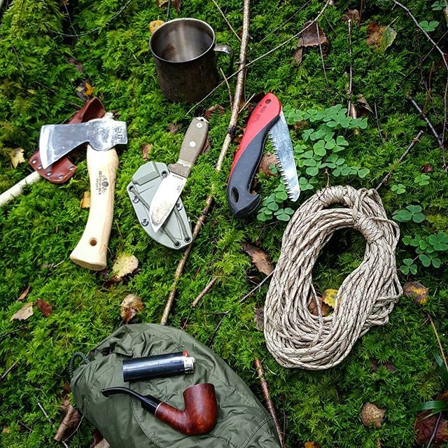 #Whatsinmybackpack today? Small axe - gränsfors bruk  Knife - Esee 3 Folding Saw - Felco  Paracord Stainless steel cup Raincover  Fire Pipe and Tobacco  A lot of equipment for a day hike... but you never know   #whatsinmypocket #granforsbruk #foldingsaw #survival #nature #primitiveliving #outdoors #wilderness #primitive #wildernessculture #woodsman #gear #paracord #survivalskill #survivalist #bushcraftknife  #forest #primitiveskills #rewildyourlife #mothernature #pipesmoking #handmade…