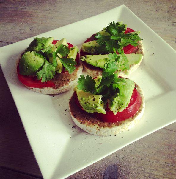 Rijstwafels Ingrediënten - 3 rijstwafels  - Tahin (gezouten) - 1 avocado  - 1 grote zon gerijpte tomaat  - Koriander blaadjes