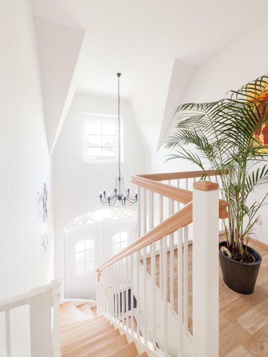 Treppen in Massivholz, Echtholzfurniere oder eine Betontreppe mit Fliesen- oder Holzbelag - ECO System HAUS