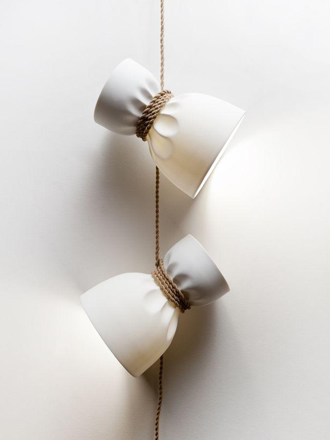 Simon nauri APPLIQUE CREASE Ce luminaire reprend le concept de la lampe « Crease » mais en version applique. 0 Edité par : Triode design Biscuit de porcelaine et câble tressé Dimensions : H 120 cm x L 30 cm