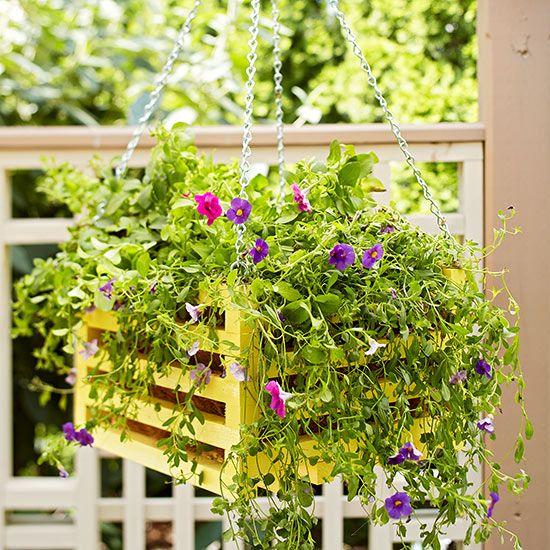¿Te gustan las plantas colgantes? ¿Quieres darle un nuevo look a tu porche o terraza? Con este sencilla y fácil jardinera colgante que puedes crear con tus propias manos en un rato libre, lo conseg…