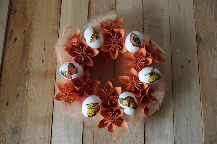 Tento velikonoční věnec je ozdoben papírovými květinami, peřím a celými skořápkami. Vajíčka jsou ozdobena technikou decoupage. Vše je v odstínech oranžové barvy.\n - Tento velikonoční věnec je ozdoben papírovými květinami, peřím a celými skořápkami. Vajíčka jsou ozdobena technikou decoupage. Vše je v odstínech oranžové barvy.\n ( DIY, Hobby, Crafts, ...