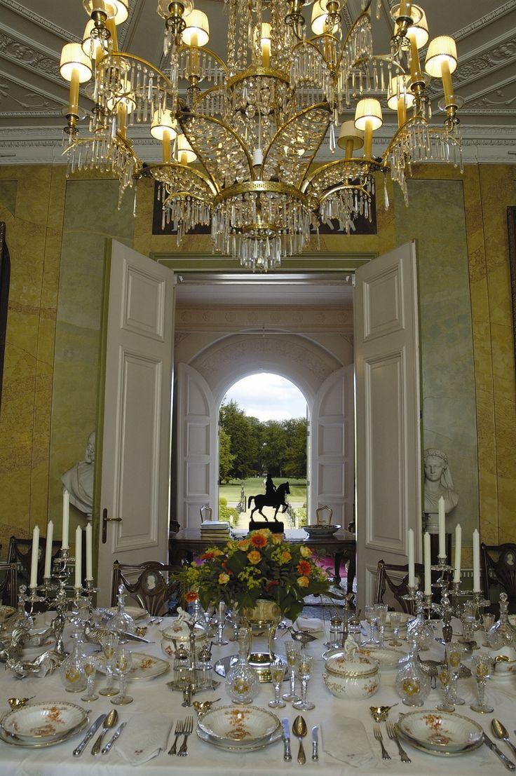 Doorkijkje vanuit de eetkamer van Wilhelm II in  Huis Doorn door de vestibule in het park.