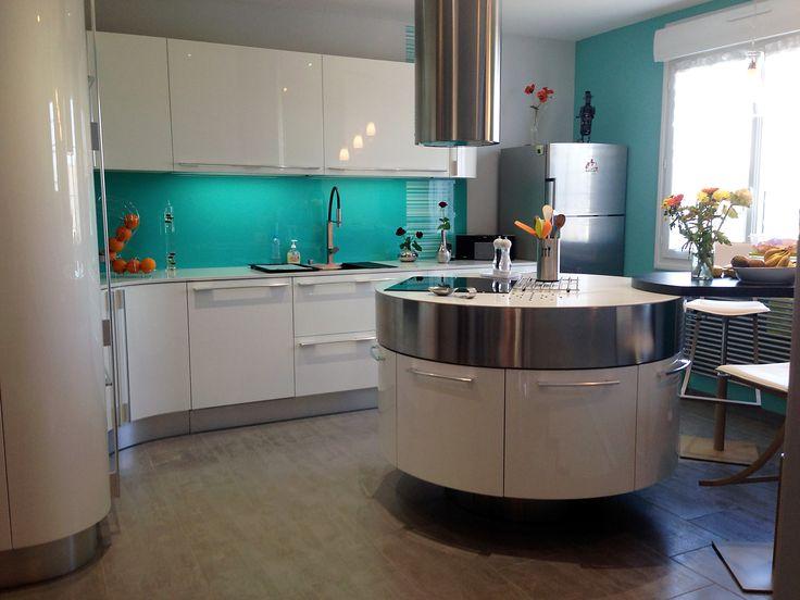 magnifique cuisne haut de gamme moderne o chaque angle suarrondit lu with hotte cylindrique ilot. Black Bedroom Furniture Sets. Home Design Ideas