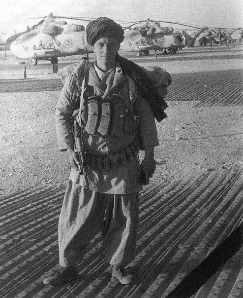 Боец 173-го оОСпН ГРУ ГШ ВС СССР младший сержант Горячев перед выходом на засаду. ДРА, октябрь 1987 года.