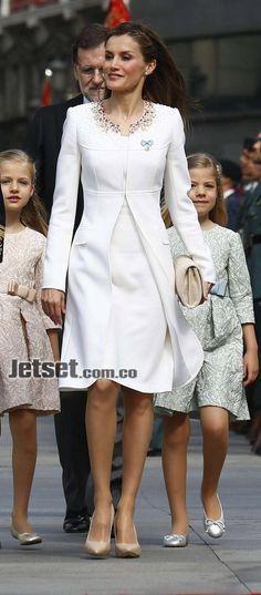 Este atuendo pasará a la historia, pues fue el que usó Letizia para la proclamación de su marido como rey de España, hace un año. Como complemento, lució sus aretes estrella, de Chanel, creados por Coco Chanel en 1932 y regalo de la casa para la reina por el nacimiento de su hija mayor, la princesa de Asturias.  • Abrigo y vestido de seda crepé blanca con bordado en el cuello de perlas y cristales en tonos ámbar, rosa, amatista y rubí: US$ 1.680.