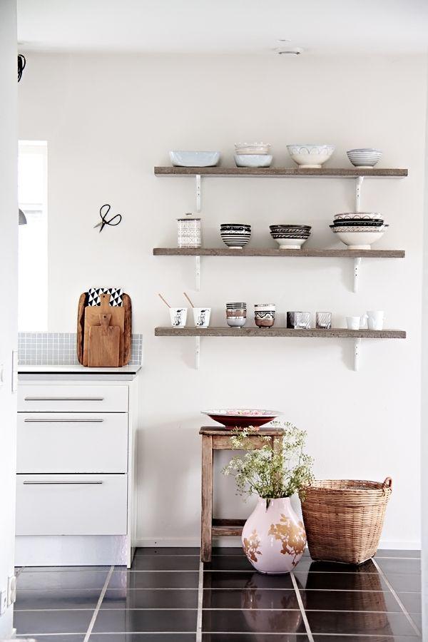 Rough hewn shelves like this for the dining room on Helt Enkelt: Och lite till...