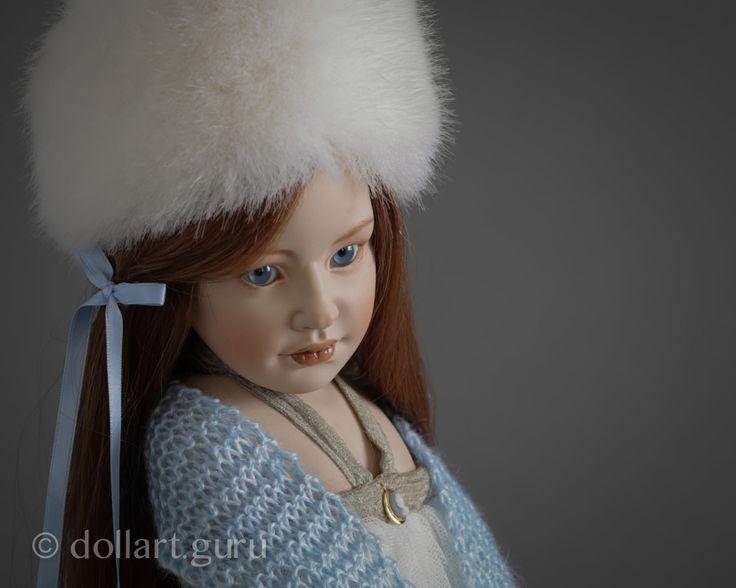 Однажды Беатрис Перини повстречала красивую девочку. Художница обратила внимание на ее «римский профиль». Девочка произвела сильное впечатление на Беатрис, и она решила создать куклу по ее образу. Так появилась красавица Zinaida, которая вошла в коллекцию 2002 года «Time For a Smile» («Пора Улыбнуться»). Авторская кукла Zinaida выполнена полностью из неглазурованного фарфора bisque, лицо искусно расписано автором, брови, ресницы, губки и румяна на щеках. Голова, руки и ножки куклы подвижны…