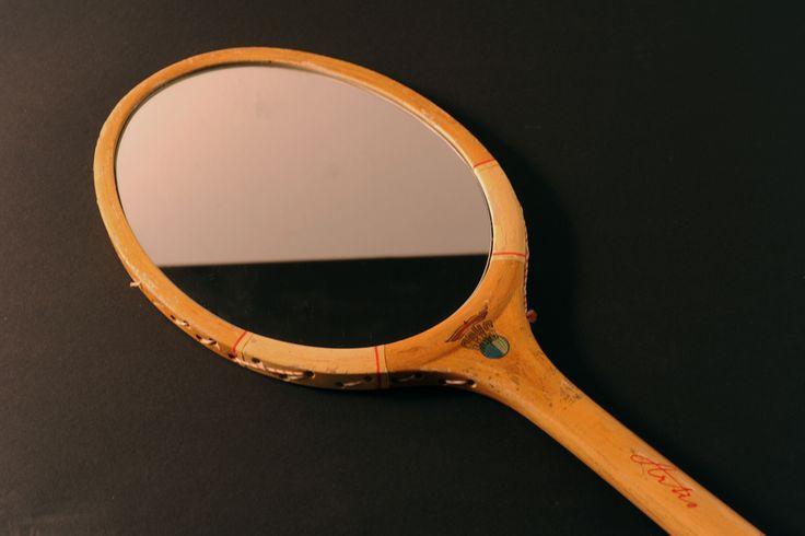 Zrcadlo z tenisové rakety Tenisová raketa je v původním stavu. (Nejedná se konkrétně o tuhle, v případě zájmu posílám více možností na výběr) Vhodné k zavěšení na zeď.