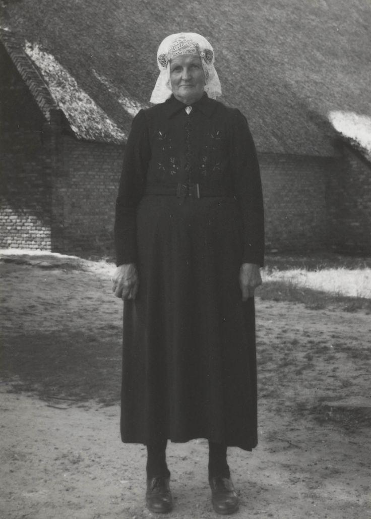 Harmpje Mies uit Uffelte in Drentse dracht - Het Geheugen van Nederland - Online beeldbank van Archieven, Musea en Bibliotheken