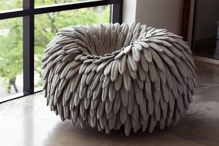"""Carl Durkow est étudiant en design à la Drexel University de Philadelphie et ses projets sont déjà présentés à l'occasion de divers évènements. Sa dernière création, intitulée """"Narl Chair"""", vient d'être exposée à l'ICFF de New York.  Narl est un pouf on ne peut plus original ! Sa base incurvée permet à l'utilisateur de se balancer comme sur un rocking chair. Quant à l'assise, elle ressemble à un énorme nid d'oiseau qui serait composé de nombreuses plumes en feutre. Une fois installé..."""