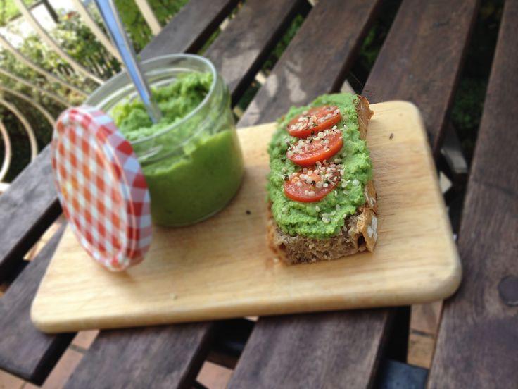 Zelené bylinkovo-sýrové pesto z mladého hrášku - vegetariánský recept
