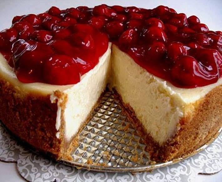 Cheesecake americana tradicional❤  .INGREDIENTES Para o recheio: 690g de cream cheese 180g de açúcar refinado 1 colher (sopa) de essência de baunilha 1 colher (sopa) suco de limão 3 ovos  Para a massa: 160g de biscoito maisena moído 80g de manteiga derretida 1/2 colher (chá) de canela  Para a calda: 300g de frutas vermelhas congeladas 200g de açúcar Suco de um limão  . MODO DE PREPARO Para o recheio: Bata o cream cheese na batedeira até