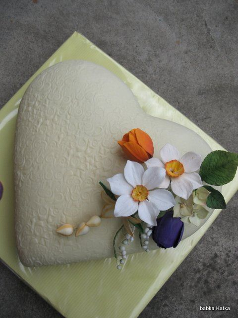 Srdiečko s jarnými kvetmi z cukru