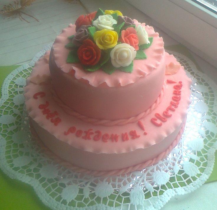 """Торт"""" Розовый с цветами"""" ,украшения из мастики. Состав: 1 ярус-белый бисквит + крем масло и сгущенка, орехи, персик. 2 ярус- шоколадный бисквит + сливочно йогуртовый крем, орехи. Вес 4 кг Цена : 4400 руб."""