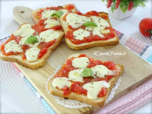 Le pizzette di pancarrè sono un'idea veramente facile e veloce se volete togliervi lo sfizio delle pizzette senza fare troppa fatica. Vi basteranno delle fette