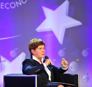 """W Krynicy w debacie pt. Gospodarka, biznes, polityka – wyzwania dla Polski uczestniczyła Beata Szydło. Zadeklarowała rozwój przedsiębiorczości, apelowała do przedsiębiorców """"Nie bójcie się nas państwo, my jesteśmy nastawieni na gospodarkę i przedsiębiorczość"""" . Stwierdziła, że umiejętne wykorzystanie środków unijnych da priorytet gospodarce i przedsiębiorczości, da szanse młodym ludziom."""