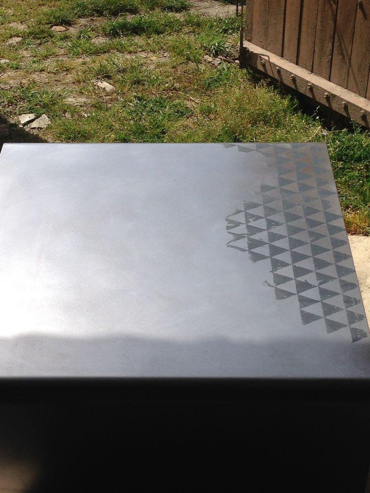 Sérigraphie sur une table basse en acier
