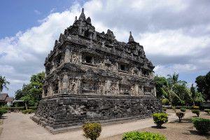 Panorama Candi Yang mempesona. Candi Sari adalah candi Buddha yang berada tidak jauh dari Candi Sambi Sari, Candi Kalasan dan Candi Prambanan, yaitu di bagian sebelah timur laut dari kota Yogyakarta, dan tidak begitu jauh dari Bandara Adisucipto. Candi ini dibangun pada sekitar abad ke-8 dan ke-9 pada saat zaman Kerajaan Mataram Kuno  https://wiratourjogja.com/ Atau https://wiratourjogja.com/candi-sari