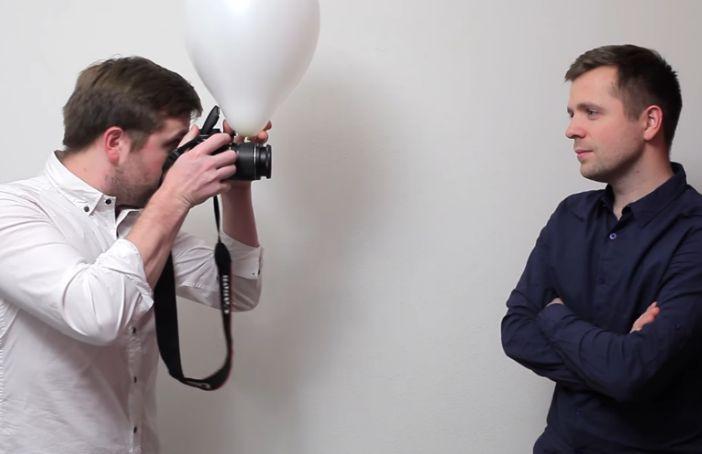 Standaardflitser camera met witte ballon ervoor