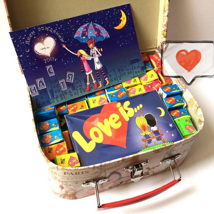 Склад набору:  шоколад подарунковий Love is … – 80грн. (60г.) жуйки Love is … 125грн. (Упаковка 100 жуйок.) подарункове мило Love is … 120грн. коробка подарункова валіза «Париж» -105грн. іменна дизайнерська листівка «З Днем народження!» – 14грн. Набір може бути змінений за вашим бажанням. Ваші побажання вкажіть при оформленні замовлення.