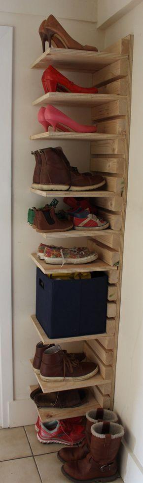 Verstellbarer Schuhschrank aus Holz Auf Bestellung 10 Fachböden und 22 Latten Verstellbarer Schuhschrank aus 18 mm starkem Sperrholz und Fichte. Höhe 180 cm / Breite 30 cm / Einbautiefe 30 cm / Gesamttiefe 36 cm Der Schuhschrank wird mit einer glatten Holzoberfläche geliefert und nur vorgebohrt, wenn dies gewünscht wird. Andere Größen auf Anfrage. – Rebecca Gerardi