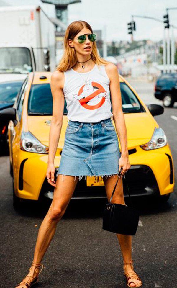 Street style look com regata e saia jeans.